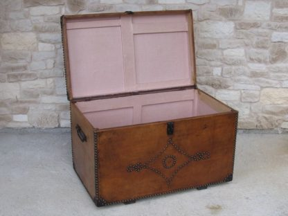 malle ancienne cuir clous